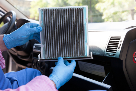 Replacing dirty cabin pollen air filter for a car 스톡 콘텐츠