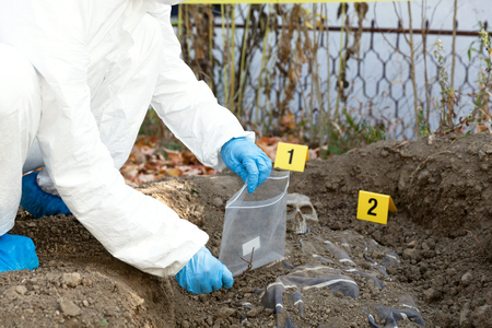 Exhumation: Forensic science specialist at work Imagens