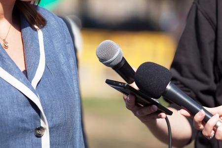 Journalistes faisant une interview médiatique avec une femme d'affaires ou une femme politique Banque d'images