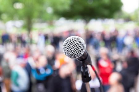 Microfono a fuoco, folla sfocata sullo sfondo