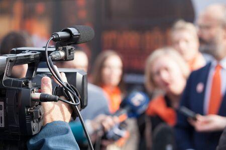 Grabación de noticias o conferencia de prensa con una cámara de video.