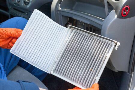 Reemplazo de un filtro de aire de cabina de automóvil viejo Foto de archivo