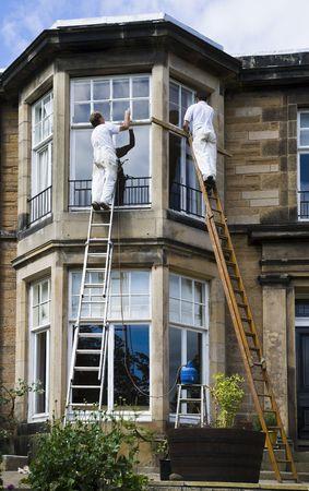 pintor: Pintores de trabajo en el exterior de un edificio