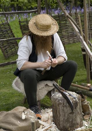 schnitzer: Ein Holzschnitzer bei der Arbeit.