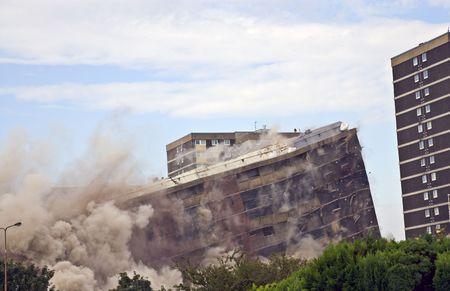 derrumbe: Demolici�n de 1960 en la construcci�n de Sighthill, Edimburgo.