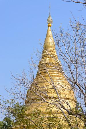 Goldpagode in thailand Standard-Bild - 74696069