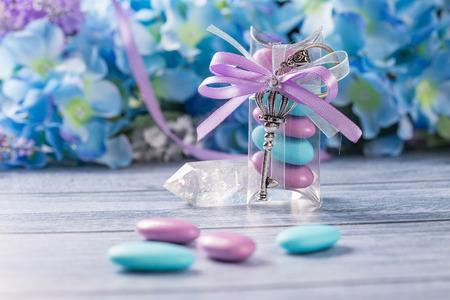 결혼식 호의. 바이올렛과 블루 색종이 및 주요 선물을 포함하는 보라색과 흰색 리본이 달린 상자. 스톡 콘텐츠