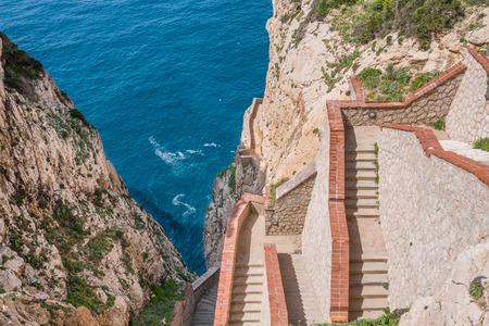 Het rotsachtige schiereiland Capo Caccia, met hoge kliffen, ligt vlakbij Alghero; in dit gebied zijn er de beroemde grotten van Neptunus