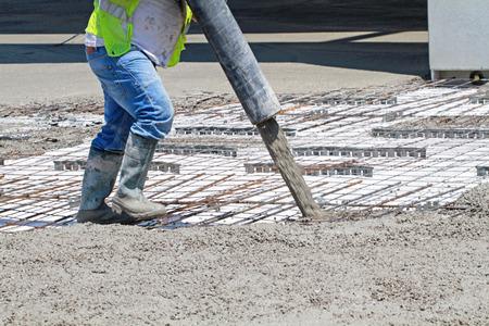 worker holding concrete pump tube Banque d'images