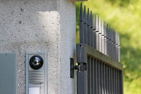 toegangscontrole met camera bij de poort Stockfoto