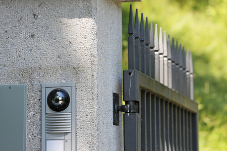 Zutrittskontrolle mit Kamera am Tor Standard-Bild