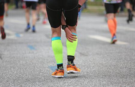Corredor de maratón con calambres en la pantorrilla