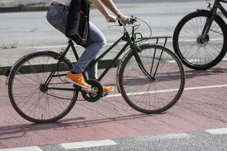 Green bicycle on red lane Zdjęcie Seryjne