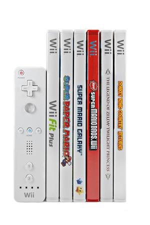Springfield, Missouri - 17 de marzo de 2011: Un disparo de estudio de una pila de seis juegos de Nintendo Wii y el controlador de vídeo. Foto de archivo - 10339998