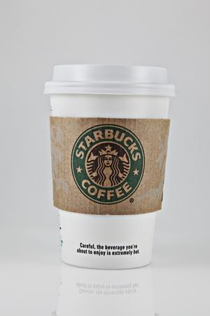 Springfield, Missouri - 6 de marzo de 2011: una foto de estudio de una taza de café Starbucks. Foto de archivo - 10354460