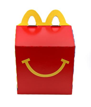 Een geïsoleerde studio-opname van de Happy Meal doos een McDonald's Redactioneel