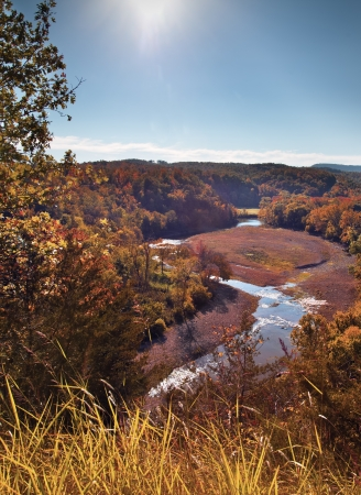 Fall colors in a deep valley with a river flowing through it shot it Arkansas. Foto de archivo