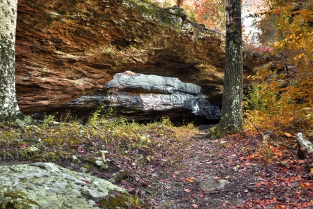 A natural rock bridge in the autumn in Arkansas. Foto de archivo