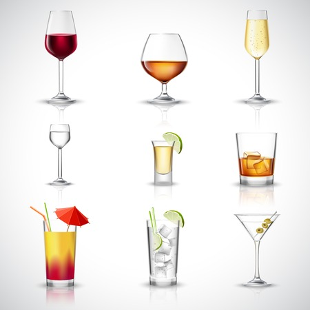whisky: boissons alcoolisées dans des verres réalistes icônes décoratifs mis isolée illustration vectorielle