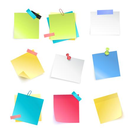 Realistische reeks kleurrijke lege kleverige die nota's met punaisen en paperclips op witte vectorillustratie worden geïsoleerd als achtergrond