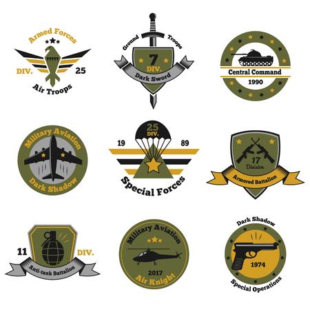 Conjunto de color de emblemas militares de nueve imágenes aisladas con símbolos de texto de símbolos decorativos e inventario de armas.
