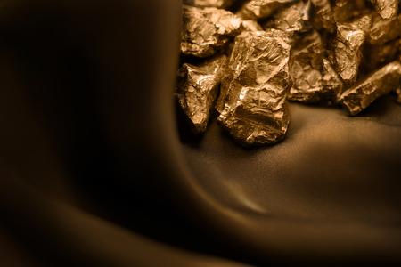 Barre dorée sur fond doux marron Banque d'images