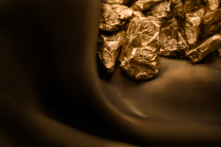 Goldener Balken auf braunem weichem Hintergrund Standard-Bild