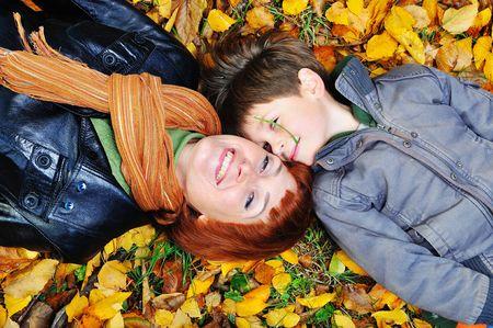 madre e figlio: Bella felice madre e figlio per una passeggiata nel parco  Archivio Fotografico