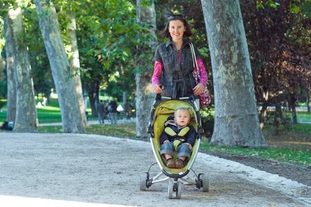 Feliz madre con su hijo caminando Foto de archivo - 9329840