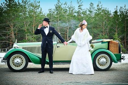 luna de miel: Reci�n casados en coche de boda Foto de archivo