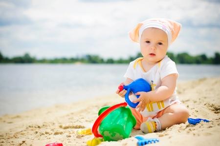 bebe sentado: Linda ni�a en la playa