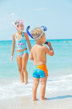 schwimmflossen: Gl�ckliche Kinder am Strand