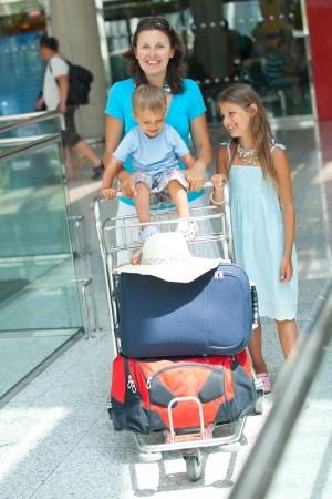 gente aeropuerto: Mam� y el ni�o en el aeropuerto