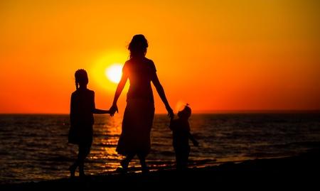 silueta niño: La madre y sus siluetas de niños