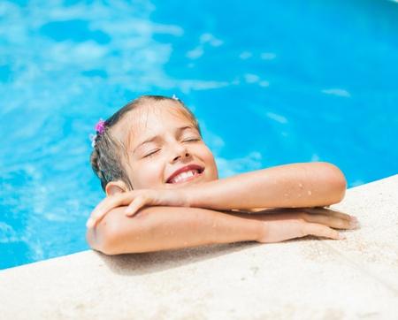 rozradostněný: Krásná mladá dívka v bazénu
