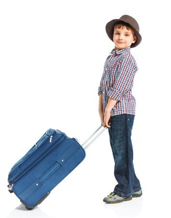 ni�o con mochila: Chico turista feliz aislado sobre fondo blanco