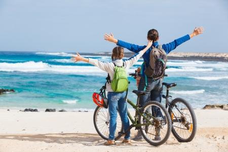 ni�os en bicicleta: Familia que tiene una excursi�n en sus bicicletas