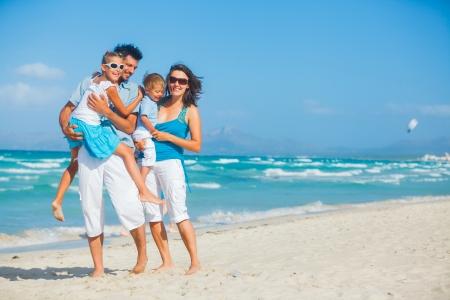 Familia que se divierte en la playa tropical