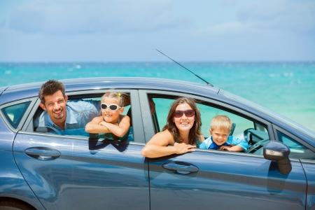 asiento coche: Familia de cuatro miembros de conducir en un coche Foto de archivo