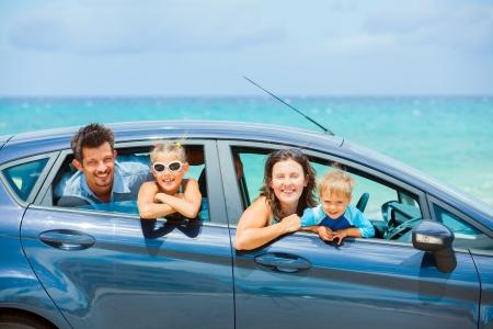 Famille de quatre personnes au volant d'une voiture