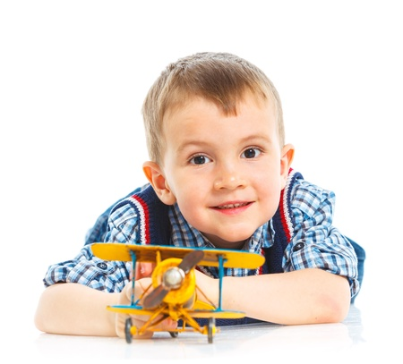Netter kleiner Junge spielt mit einem Spielzeug-Flugzeug Standard-Bild