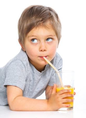 Portrait des kleinen Jungen trinkt Orangensaft Standard-Bild