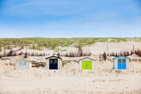 Häuser am Strand mit blauem Himmel