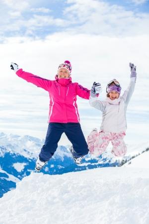 若いスキーヤーがジャンプ