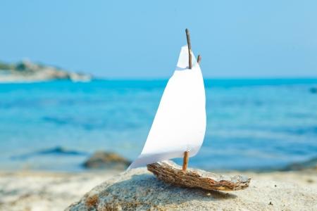 voile: modèle de jouet de bateau sur la plage Banque d'images