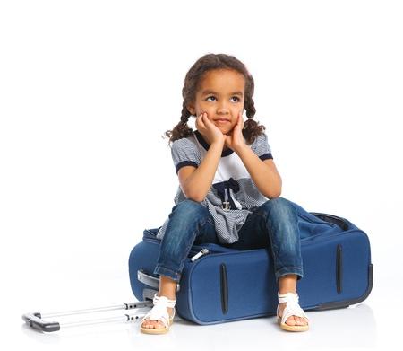 mulato: El mulato chica joven viajero con una maleta aislada sobre fondo blanco