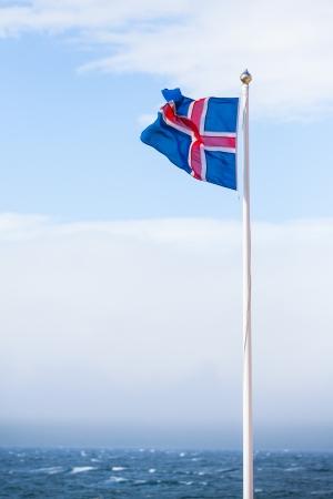 icelandic flag: Bandera de Islandia volar en verano visto contra el cielo azul