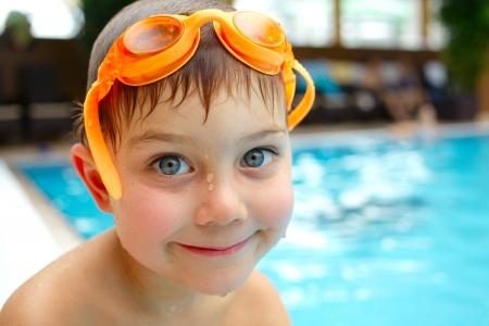 水泳、スイミング プールの水で遊ぶプールのかわいい男の子の活動