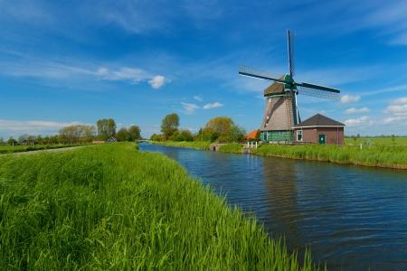 オランダのアムステルダム、オランダの郊外に風車します。