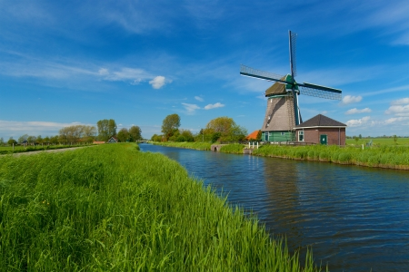 Větrný mlýn na okraji Amsterdamu Holandsku Nizozemsko Reklamní fotografie